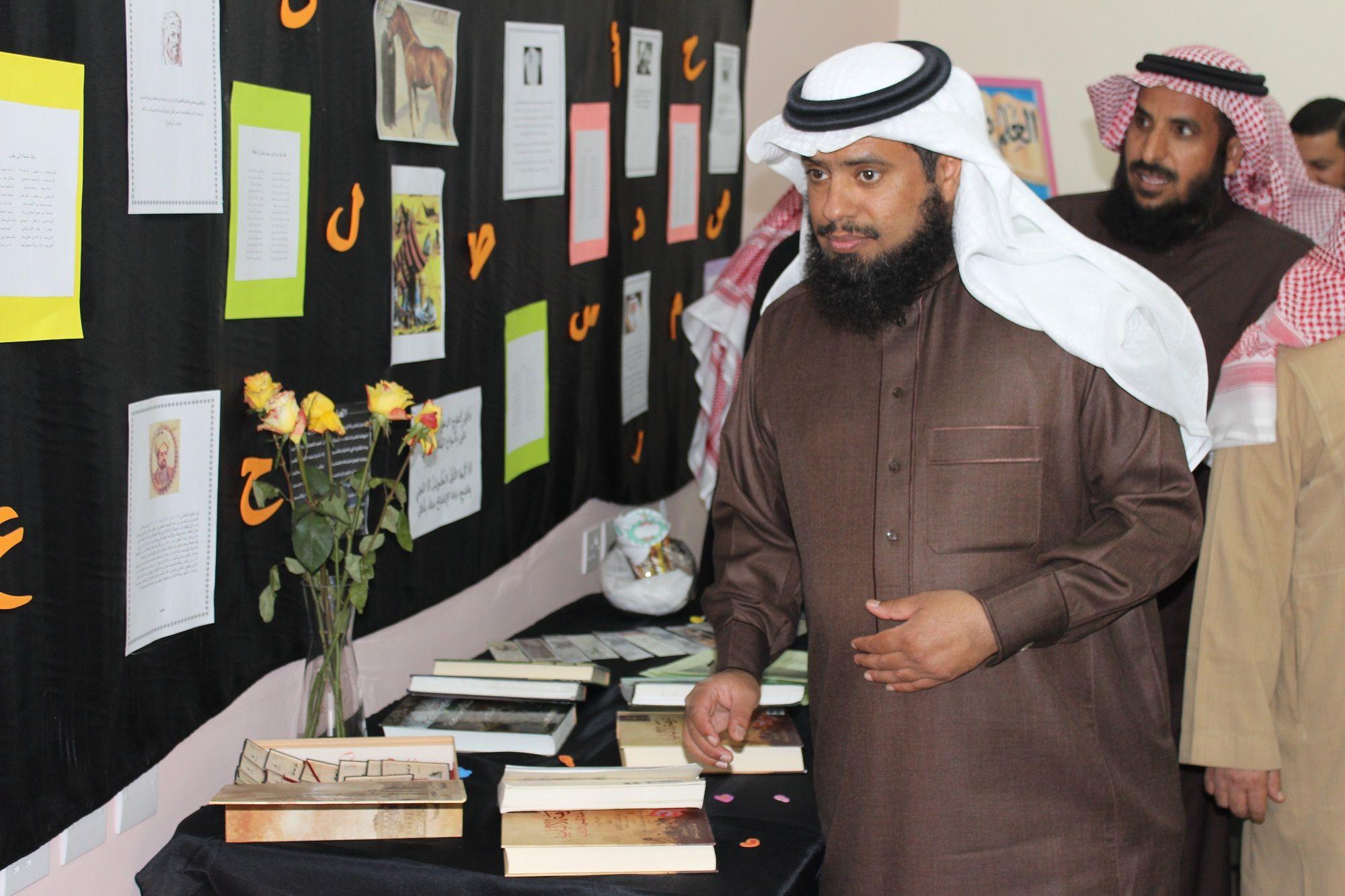 عميد كلية التربية بالزلفي يفتتح معرض اليوم العالمي للغة العربية | جامعة المجمعة | Majmaah University